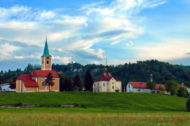 Een typisch bosrijk landschap in Centraal-Kroatië