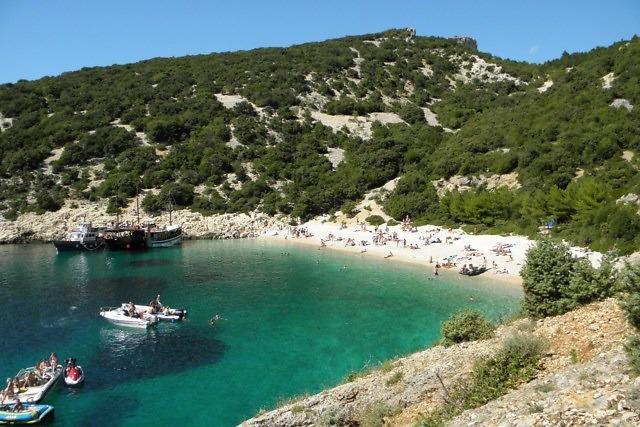 Een kleine baai met strand