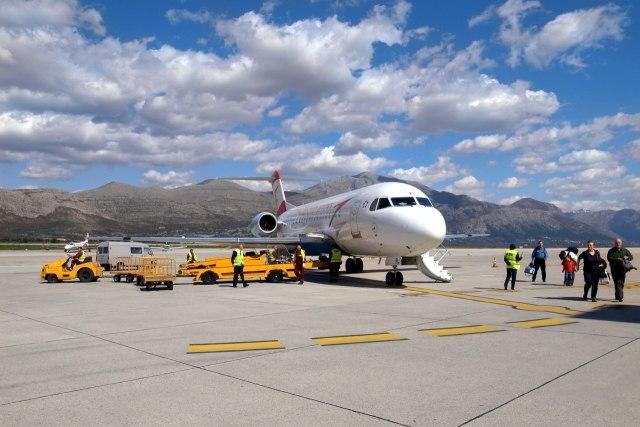 Een vliegtuig dat aangekomen is op de luchthaven van Dubrovnik