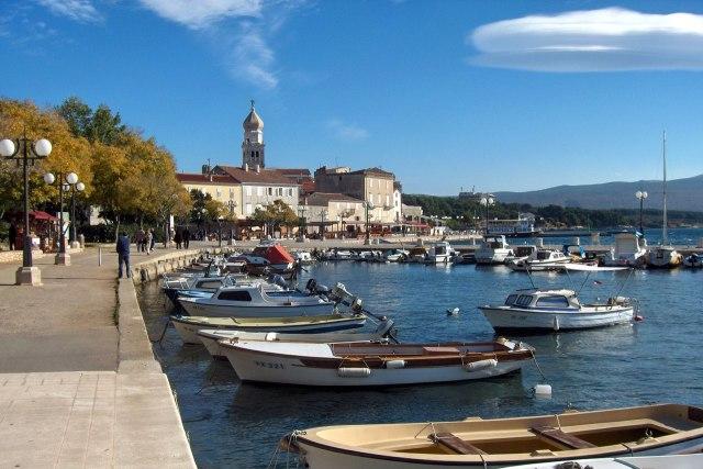 De haven van de stad Krk