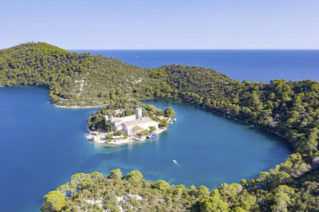 Klooster in het meer Veliko Jezero