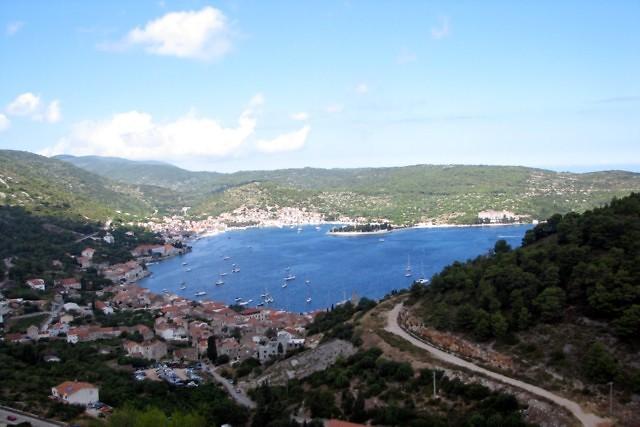 Het stadje vis op het gelijknamige eiland
