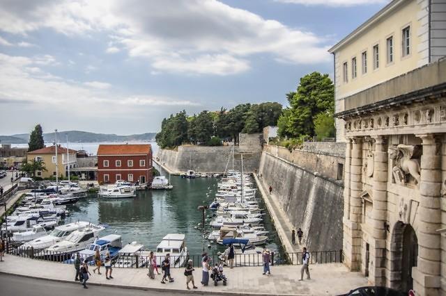 De stadsmuren langs het water